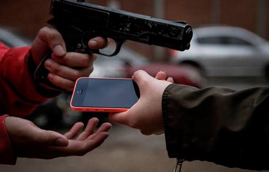 [Mulher tem celular roubado no Centro de Camaçari]