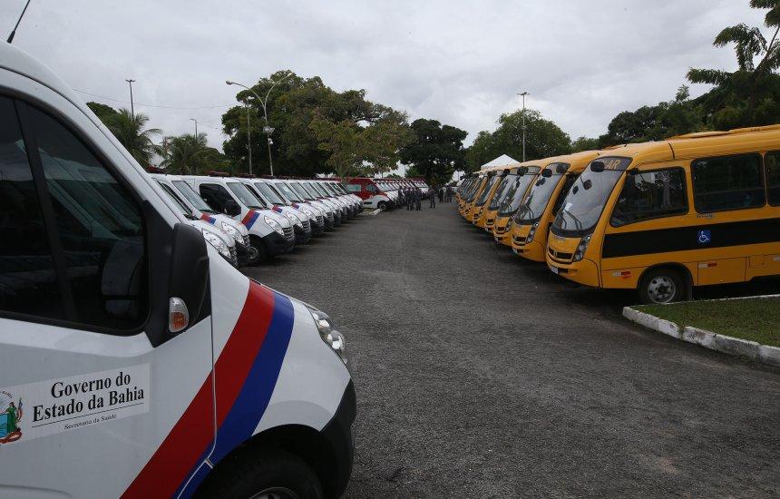 [Governador Rui Costa entrega ônibus escolares, ambulância e viaturas]