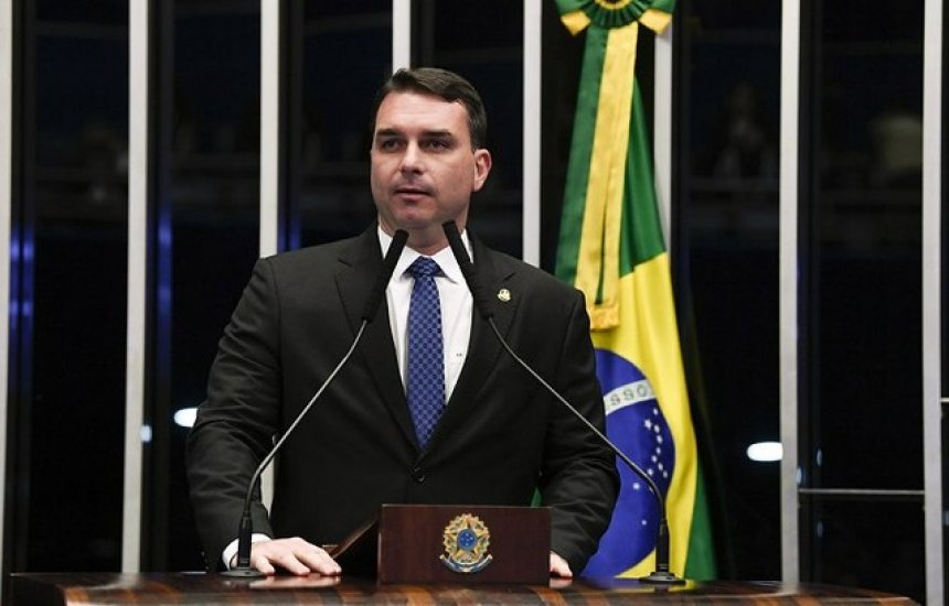 [Parlamentares de três partidos pedem cassação do mandato de Flávio Bolsonaro]