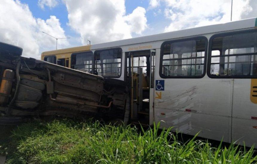 [Carro de passeio e ônibus se envolvem em acidente na BR 324 em Salvador]