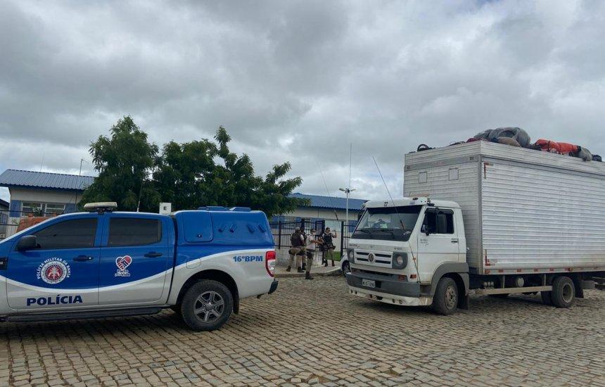 [Caminhão baú com 32 pessoas é encontrado pela PM em Serrinha]