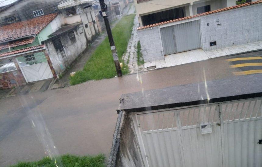 [Em poucos minutos de chuva, rua alaga na Gleba A]