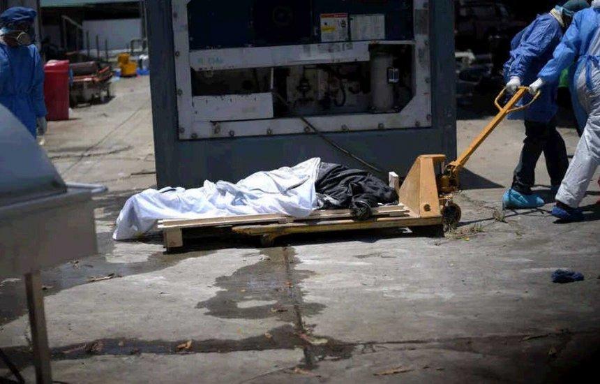 [Com falta de caixões, vítimas do coronavírus serão enterradas em caixas de papelão no Equador]