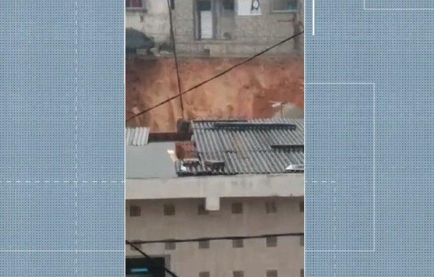 [Terra desliza em bairro de Simões Filho e famílias precisam deixar casas]