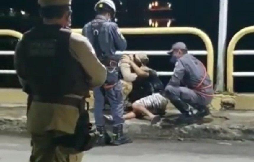 BA: Policiais militares impedem suicídio de jovem que ameaçava pular de ponte