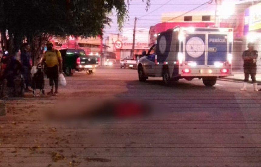 Homem deita ao lado de caminhonete e morre atropelado em Teixeira de Freitas