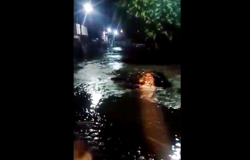 [Famílias deixam casas após enxurrada provocada por tromba d'água no sudoeste da Bahia]