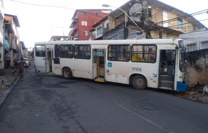 [Ônibus bate em poste, atinge muro e deixa seis pessoas feridas em Salvador]