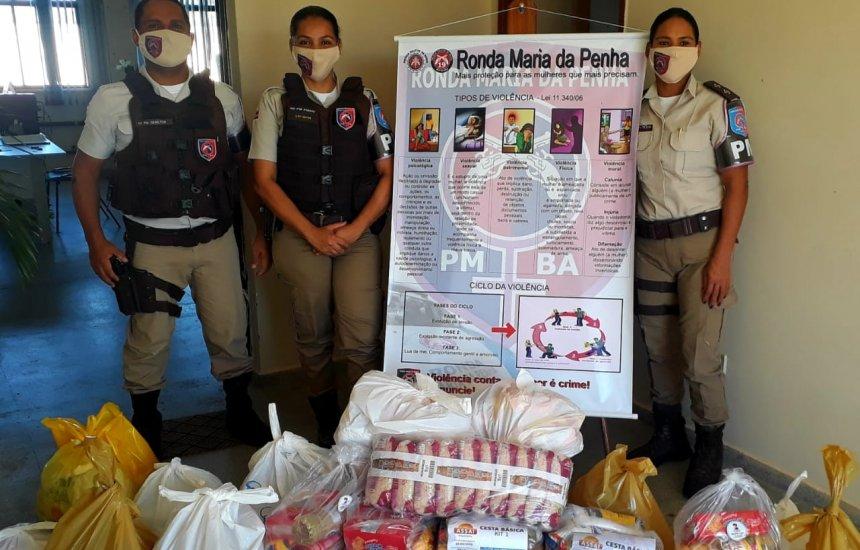 [Policiais distribuem alimentos para mulheres vítimas de violência doméstica em Jequié]