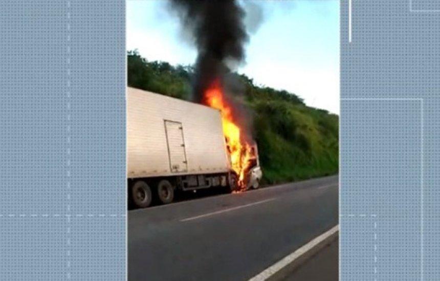 Três pessoas da mesma família morrem após batida entre carro e caminhão na BR-101
