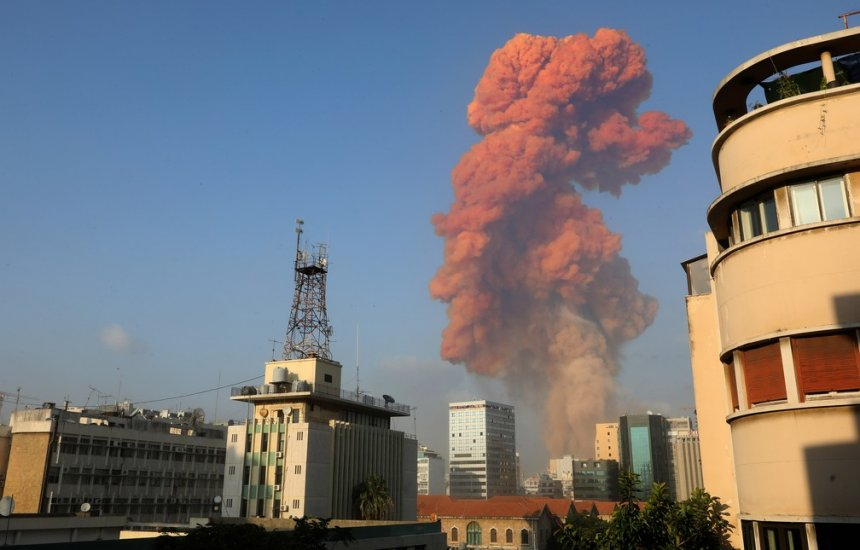 [Grande explosão atinge área portuária de Beirute; governo cita 'alto número de feridos']