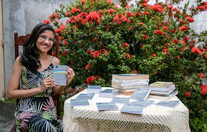 [Jovem escritora de Camaçari lança livro intitulado Frases & Poemas]