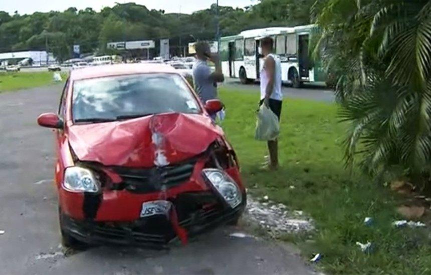 [Enfermeiro dorme ao volante e derruba poste durante acidente na AV. ACM]