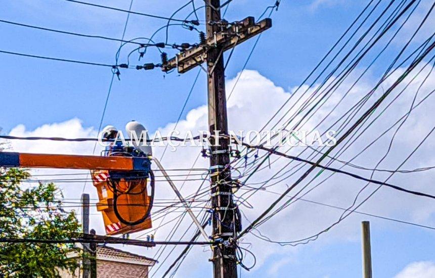Coelba realiza manutenção em rede elétrica em vias da orla de Camaçari