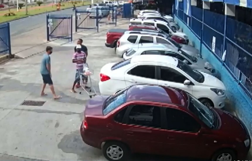 [Homem tem carro roubado em estacionamento de supermercado enquanto colocava compras no veículo]