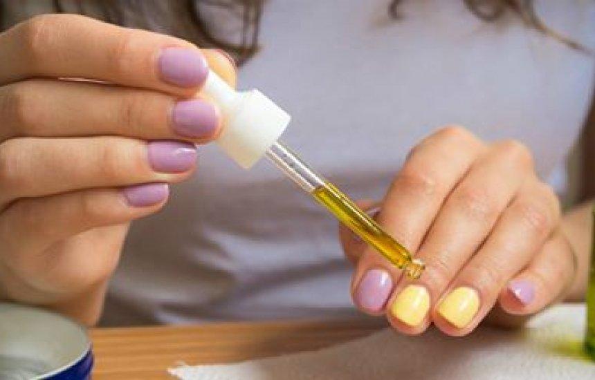 [Truque do vinagre no esmalte fortalece a unha e fixa a cor por mais tempo: aprenda]