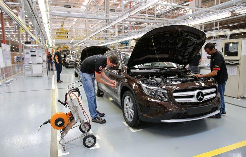 [Mercedes-Benz encerra produção de automóveis no Brasil]