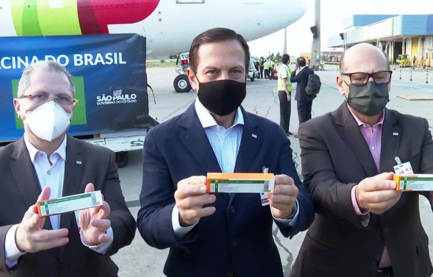 [Lote com 8 mil litros de matéria-prima para produção da Coronavac chega ao Brasil]
