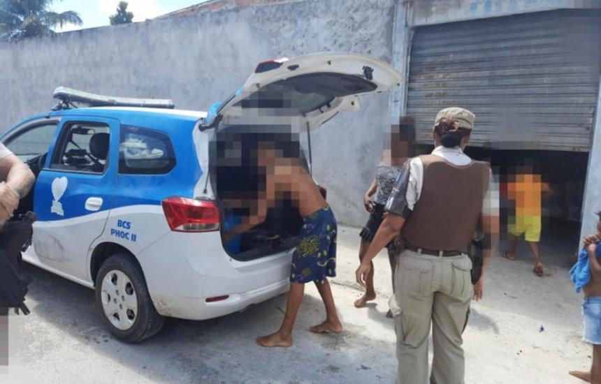 [Policiais da BCS de Camaçari fazem doação para família em vulnerabilidade social no Phoc III]