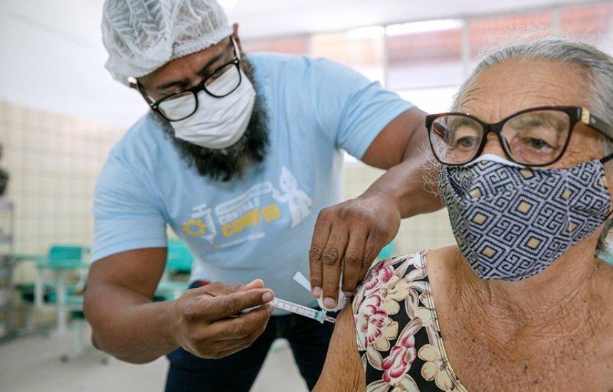 [Idosos a partir de 79 anos já podem se vacinar contra a Covid-19 em Camaçari]