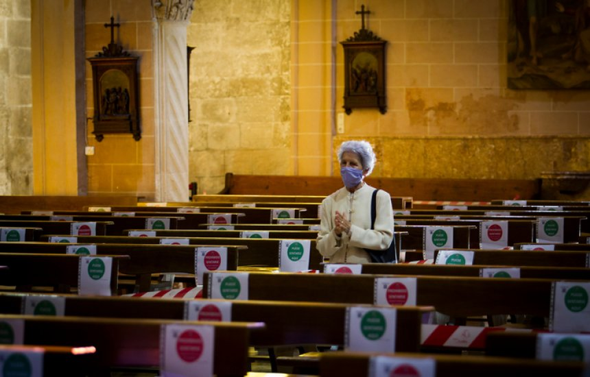 [Ambiente fechado e gotículas: estudos apontam risco de transmissão da covid em igrejas]
