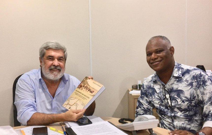 [Historiador visita Hélder Almeida e apresenta livro sobre a história de Camaçari]