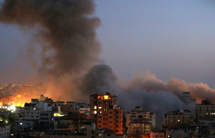 [Israel ataca e destrói prédio residencial de 13 andares em Gaza]