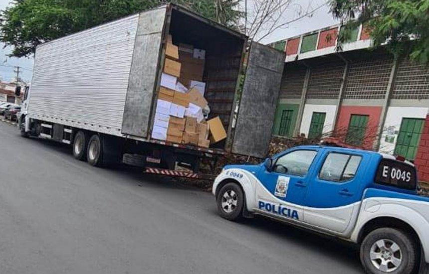 [Mais de 10 mil bolsas e pares de calçados falsificados são apreendidos em caminhão em Feira de Santana]
