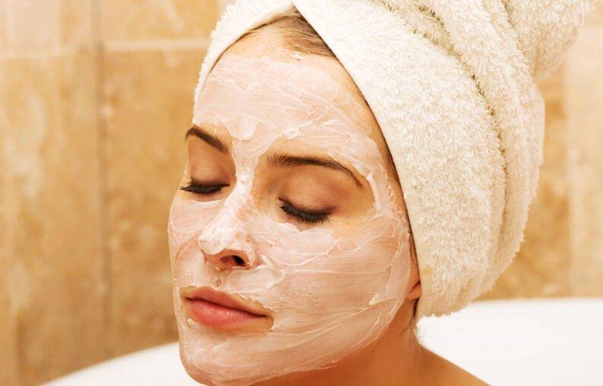 [5 dúvidas respondidas por uma dermatologista sobre o uso de Maizena no rosto]