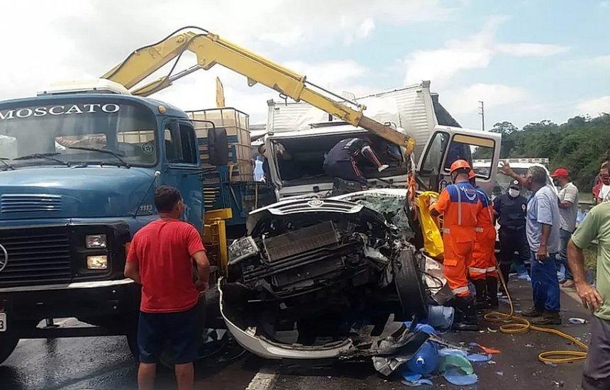 [BR-324: Acidente com quatro caminhões e um carro deixa três pessoas em estado grave]