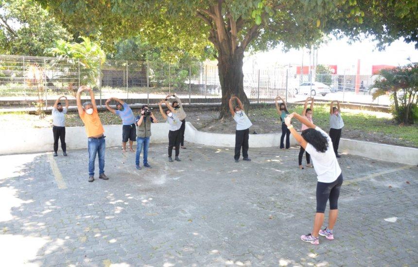 Em alusão ao Setembro Amarelo, servidores da Câmara praticam aula de 'Lian Gong'