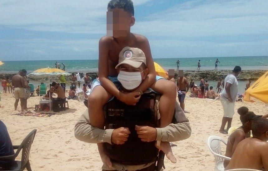 [Policial ajuda criança perdida a encontrar a família em Arembepe]