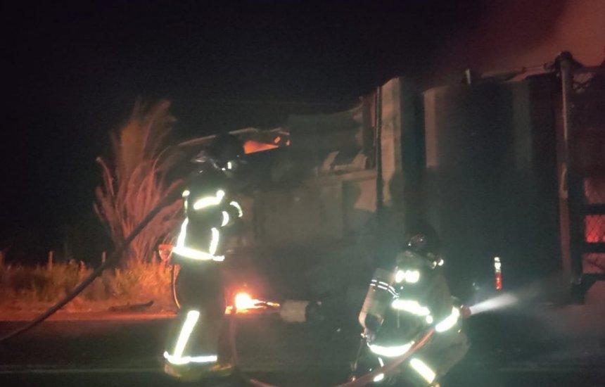 [Cinco pessoas morrem carbonizadas após batida entre caminhões no sul da Bahia]